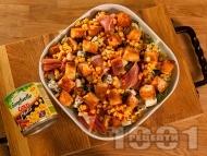 Приготвяне на рецепта Зелена салата с кресон, царевица от консерва, синьо сирене, прошуто (хамон) и крутони